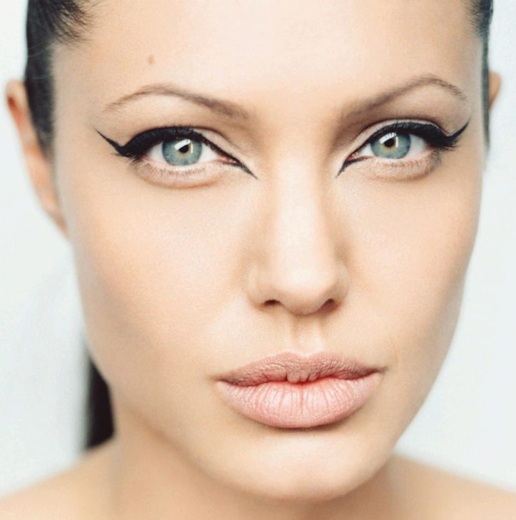 Angelina-Jolie-Crazy-Eye-1-1600x1200