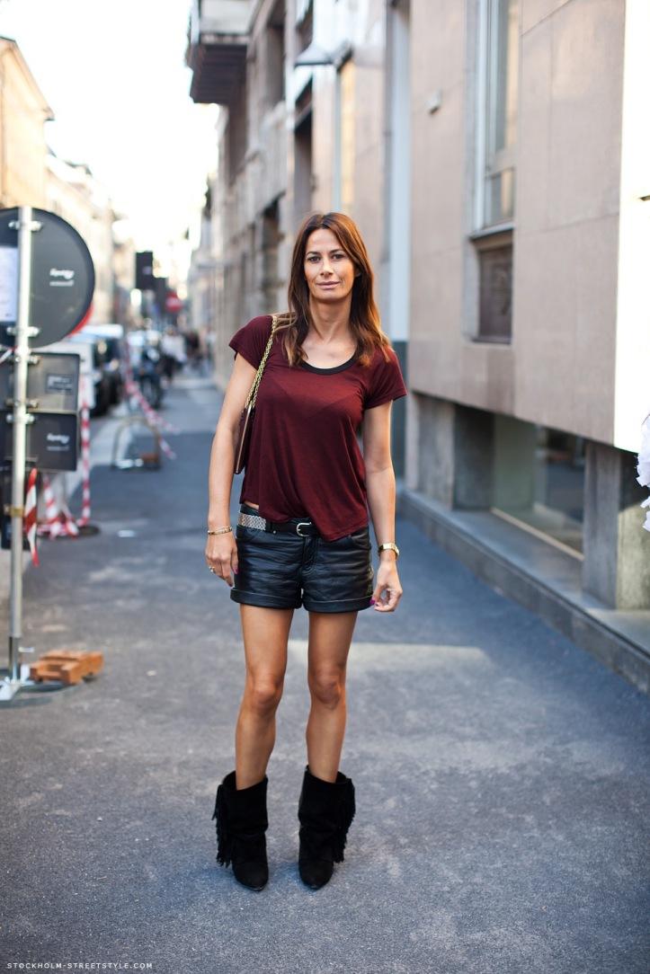 bota-de-franjas-short-em-couro-camiseta