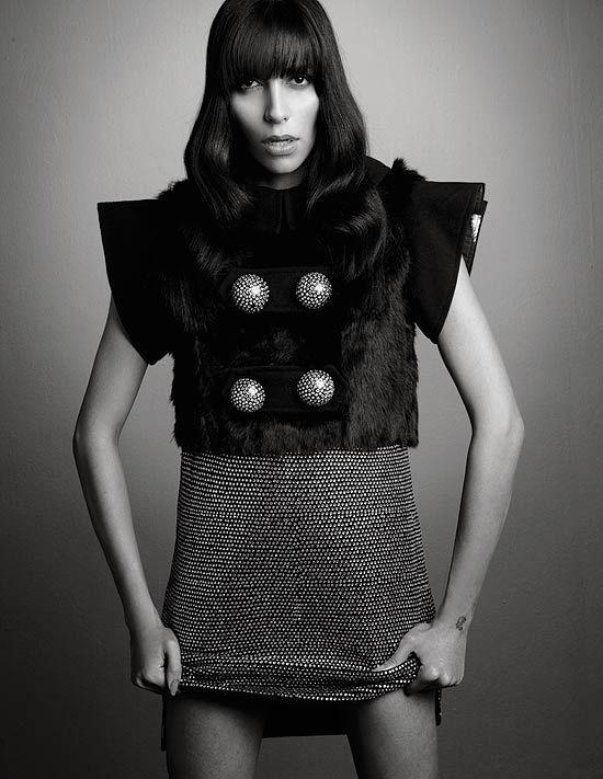Lea T participou de um editorial de moda da revista MAG